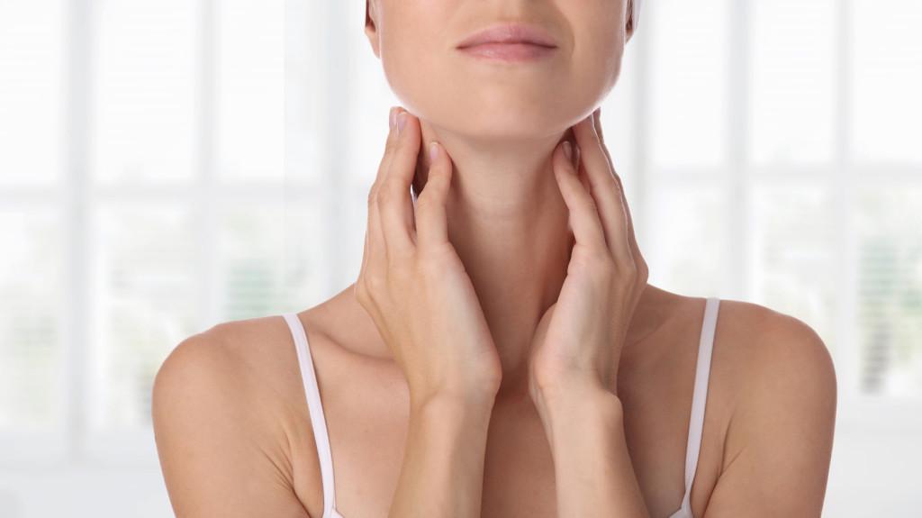 A nyak és a hónalj papillómái okozzák)