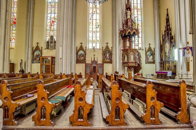 széles templom)